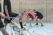Zwischen den Kraft- und Ausdauereinheiten bleibt auch Zeit für eine kurze Unihockeypartie.