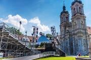 Für die Tribüne und das Bühnenbild wird tonnenweise Material auf den Klosterplatz gefahren und dort innert kürzester Zeit aufgebaut.(Bilder: Michel Canonica)