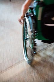 Der Stadtrat hat eine einfache Anfrage zur Rollstuhlgängigkeit auf Gossauer Strassen beantwortet. (Bild: Fotolia)