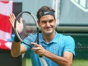 Das Unternehmen Titelverteidigung startet für Wimbledon-Sieger Roger Federer am Montagnachmittag gegen den Serben Dusan Lajovic (Bild: KEYSTONE/AP dpa/FRISO GENTSCH)