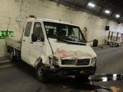 Geriet aus noch ungeklärten Gründen aus der Kontrolle des Fahrers: Der Unfall-Lieferwagen im Belchentunnel. (Bild: Kantonspolizei Basel-Landschaft)
