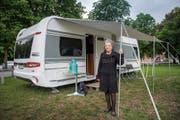 «Die Tür steht immer offen»: Maria Mehr vor ihrem Wohnwagen. (Bild: Urs Bucher)