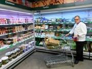 Der Schweizer Nati-Koch Emil Bolli auf Einkaufstour in Togliatti (Bild: KEYSTONE/LAURENT GILLIERON)