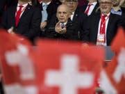Bundesrat Ueli Mauer neben SFV-Präsident Peter Gillieron am Qualifikationsspiel der Schweiz gegen Lettland im März 2017. Damals gewann die Schweiz 1:0. (Bild: Keystone/JEAN-CHRISTOPHE BOTT)