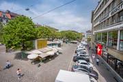Der ständige St.Galler Markt ist heute vom Kubus des «Klipp-Klapp»-Standes bis zur Rondelle verstreut. Der Stadtrat will das mit seiner Konzentration beim «Klipp-Klapp» ändern. Voraussetzung dafür ist die Aufhebung der Parkplätze rechts im Bild. (Bild:Urs Bucher)