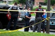 Polizisten vor dem Tatort in Annapolis. Bild: Jose Luis Magana/AP (28. Juni 2018)
