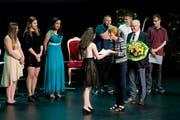 Die AbsolventInnen erhalten ihre Zeugnisse überreicht. (Bild: Maria Schmid ( Zug, 29. Juni 2018 ))
