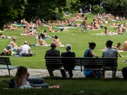 Perfektes Badewetter: Der Monat Juni brachte viel Sonnenschein und die ersten Hitzetage. (Bild: KEYSTONE/ENNIO LEANZA)