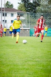 Kristian Nushi (links) - hier in der Cup-Qualifikation gegen den FC Hergiswil - ist einer von vielen Uzwiler Akteuren mit Vergangenheit beim FC Wil. (Bild: Jakob Ineichen)
