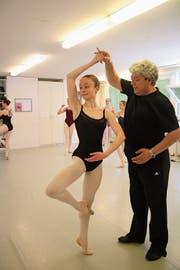 Ballettlehrer Miguel Steininger trainiert die Förderklasse, darunter auch die 16-jährige Lia Lütolf. (Bild: Marion Wannenmacher (Luzern, 28.Juni 2018))