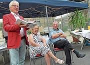 Autor Theo von Moos präsentierte die Biographie über Bernhard Walther (rechts). In der Mitte ist Walthers Lebenspartnerin Trix. (Bilder: Robert Hess (Alpnach, 28. Juni 2018))