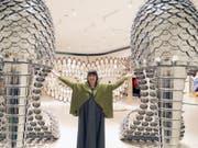Eines ihrer Kunstwerke ist grösser als das andere: Das Guggenheim-Museum in Bilbao widmet der portugiesischen Künstlerin Joana Vasconcelos - hier zwischen ihren Pfannen-Pumps - ihre erste Werkschau. (Bild: Keystone/EPA EFE/LUIS TEJIDO)