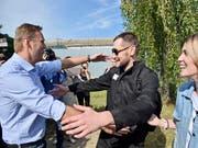 Der russische Oppositionsführer Alexej Nawalny (l.) begrüsst seinen Bruder Oleg nach dessen Freilassung aus einem Straflager. (Bild: KEYSTONE/AP/DMITRY SEREBRYAKOV)