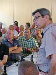 Matthias Kreis (Melioration Rheinebene) erläuterte das Vorhaben der Entwässerung. (Bild: Ulrike Huber)