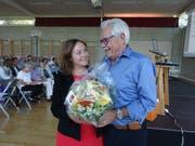 Pro-Humanis-Präsident Peter Grau heisst Michèle Bongetta mit einem Blumenstrauss im Vorstand willkommen. (Bild: Erwin Schönenberger)