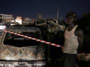 Bei der Explosion eines Tanklasters in Nigeria sind mindestens neun Menschen ums Leben gekommen - 55 Fahrzeuge gingen in Flammen auf. (Bild: KEYSTONE/AP/SUNDAY ALAMBA)