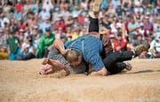 Kurzer Schlussgang: Joel Wicki legte Roger Baumann nach fünf Sekunden auf den Rücken. (Bild: Corinne Glanzmann (Attinghausen, 3. Juni 2018)