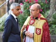 Londons Bürgermeister Sadiq Khan (l.) mit dem Dekan der Southwark-Kathedrale Andrew Nunn. (Bild: Keystone/AP/DOMINIC LIPINSKI)