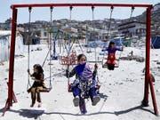 Mädchen beim Spielen in Kabul: Wegen des anhaltenden ökonomischen Drucks werden in Afghanistan Mädchen oft früher verheiratet und gehen deshalb nicht mehr zur Schule. (Bild: KEYSTONE/EPA/HEDAYATULLAH AMID)