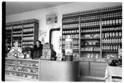 Mehr Apotheke als Tankstelle: Blick in den Verkaufsraum einer Shell-Tankstelle, 1955. (Bild: R. Lothar)