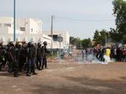 Die Polizei geht am Samstag mit Tränengas und Schlagstöcken gegen Demonstranten in Bamako in Mali vor. (Bild: KEYSTONE/AP/BABA AHMED)