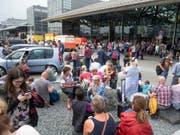 Nichts geht mehr. Touristen vor einem Terminal des Flughafens Hamburg müssen sich in Geduld üben. (Bild: Keystone/AP/DANIEL REINHARDT)