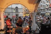 Die St.Galler Band Panda Lux spielte zur Eröffnung der «Rathaus Stube» am Samstag auf dem Rathausplatz. (Bild: Michael Hug)