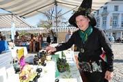 Am Zuger Handwerkermarkt auf dem Landsgemeindeplatz zeigt «Kräuterhexe» Brigitte Waser-Bürgi ihre Produkte. Bild: Roger Zbinden (Zug, 21. April 2018)