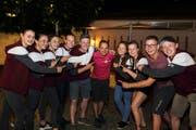 Mitglieder des STV Büron aus dem Kanton Luzern posieren mit dem OK-Präsidenten des Tannzapfe-Cups, Beat Aebi. (Bild: Chris Marty / tgplus.ch)