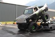 Bei der «Hollywood Stunt & Action Show» in Schattdorf zermalmte ein Monster-Truck mehrere Autos. (Bild: Markus Zwyssig, 3. Juni 2018)