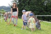 Sarah von Niederhäusern mit den Eseln Malaika und Taio. Kinder finden sofort Zugang zu ihnen. (Bild: Cecilia Hess-Lombriser)