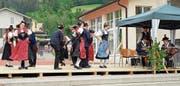 Die Trachtenleute aus Flüelen und Spiringen wussten mit selbst choreografierte Tänzen zu gefallen. (Bild: Franz Imholz (Rothenthurm, 31. Mai 2018))