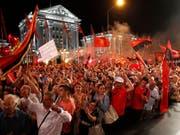 Tausenden gefällt die Umbenennung Mazedoniens nicht und daher gingen sie am Samstag in Skopje auf die Strasse. (Bild: KEYSTONE/AP/BORIS GRDANOSKI)