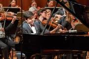 Der usbekische Pianist Behzod Abduraimov fand im Luzerner Sinfonieorchester einen kongenialen Begleitklang. (Bild: Ingo Höhn (2. Juni 2018))
