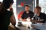 Vizepräsident Ivan Zumbühl (rechts) und OK-Mitglied Sandro Blättler geben potenziellen Ausstellern Auskunft über die Möglichkeiten an der Iheimisch 2019. (Bild: Corinne Glanzmann, Stans, 30. Mai 2018)