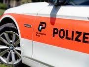 Im Kanton Zürich hat ein Autofahrer nach einem Streit zunächst einen Velofahrer angefahren und danach in die Richtung zweier Passanten geschossen. (Bild: KEYSTONE/WALTER BIERI)