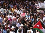 Tausende protestieren seit Tagen in Jordanien gegen geplante Steuererhöhungen. (Archivbild von Protesten) (Bild: KEYSTONE/EPA/AMEL PAIN)