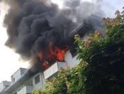 In Kriens schlagen am Sonntagnachmittag die Flammen aus einer Wohnung. (Bild: Screenshot Leservideo)