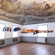Federleicht schweben sie quer durch den Raum: Kreationen der Altstätter Hutmacherin Lydia Baldegger-Lüchinger. (Bild: Marcel Zünd)