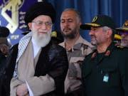 Der Oberste Führer des Iran, Ayatollah Ali Khamenei, soll weg: Dies fordern Exil-Iraner bei einer Demonstration nahe der französischen Hauptstadt Paris. (Bild: KEYSTONE/EPA LEADER'S OFFICE/LEADER'S OFFICE HANDOUT)