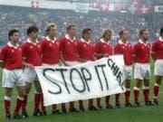 9. Juni 1995: Die Schweizer Nationalmannschaft protestiert in Göteborg gegen die französischen Atombomben-Tests im Mururoa-Atoll (Bild: KEYSTONE/KARL MATHIS)