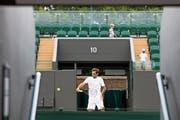 Fühlt sich in Wimbledon wohl: Roger Federer bei einer Trainingseinheit. Im Hintergrund seine beiden Söhne Lenny und Leo. (Bild: Peter Klaunzer/Keystone (London, 28. Juni 2018)