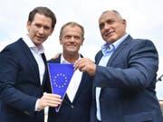 Österreichs Bundeskanzler Sebastian Kurz (ÖVP), EU-Ratspräsident Donald Tusk, und der bulgarische Premierminister Bojko Borissow (von links) beim Auftakt des österreichischen EU-Ratsvorsitzes in Schladming. (Bild: KEYSTONE/APA/APA/BARBARA GINDL)