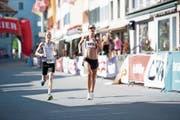 Susanne Rüegger (rechts) läuft in Sempach als Siegerin ein, bereits tags zuvor gewann sie am Lauerzersee. (Bild: Roger Rüegger (30. Juni 2018)
