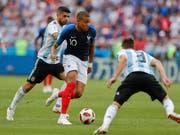 Frankreichs Youngster Kylian Mbappé lässt die argentinische Abwehr selten gut aussehen (Bild: KEYSTONE/AP/RICARDO MAZALAN)