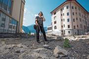 Beatrix Koens an der Ausgrabungsstätte, wo sie ein Pilgerabzeichen, eine Münze und einen Ring gefunden hat. (Bild: Dominik Wunderli (Flüelen, 20.6.2018))