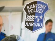 Die Aargauer Kantonspolizei warnt vor Betrügern, die sich am Telefon als Polizisten ausgeben. Fast wäre es ihnen gelungen, einer älteren Frau über 100'000 Franken abzuknöpfen. (Bild: KEYSTONE/URS FLUEELER)