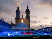 Die Festspielbühne auf dem St. Galler Klosterplatz vor der Kathedrale als «Garten der Lüste» - Szene aus der Oper «Edgar» von Giacomo Puccini anlässlich der St. Galler Festspiele, die am 29. Juni Premiere hatten. (Bild: KEYSTONE/EDDY RISCH)