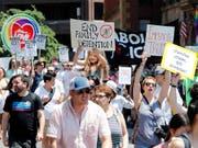 Auch in Boston gingen am Samstag Tausende Menschen auf die Strasse, um gegen die Migrationspolitik von US-Präsident Donald Trump zu demonstrieren. (Bild: KEYSTONE/FR170221 AP/WINSLOW TOWNSON)