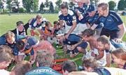 Nach dem Sieg gegen Weesen gab es kein Halten mehr: Spieler, Betreuer und Zuschauer feiern den Aufstieg des FC Widnau. (Bild: Ulrike Huber)